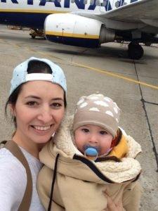 Dieťa a mama pred lietadlom